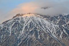 Les derniers rayons du soleil sur le sommet de montagne, la Géorgie Photos stock