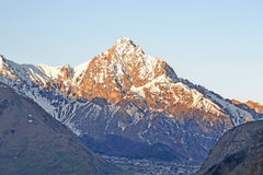 Les derniers rayons du soleil sur le sommet de montagne, la Géorgie Photos libres de droits