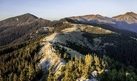 Les derniers rayons touchent les hautes montagnes en automne Image libre de droits