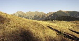 Les derniers rayons touchent les hautes montagnes en automne Photo stock