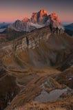 Les derniers sunrays touchent la crête de montagne Photo libre de droits