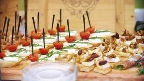 Les desserts délicieux avec de la crème et des fruits ont servi sur la friandise banque de vidéos