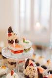Les desserts de bon goût faits de fruits et chocolats se tiennent sur d fatigué Photo libre de droits