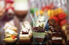 Les desserts et la pâtisserie colorés ont servi sur une noce Images libres de droits