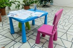 Les dessins des enfants au crayon sur une table Image libre de droits