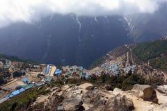 Les dessus de toit bleus du village de montagne Photo stock