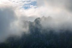 Les dessus des montagnes dans les nuages Photos stock