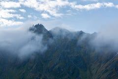 Les dessus des montagnes dans les nuages Photographie stock libre de droits