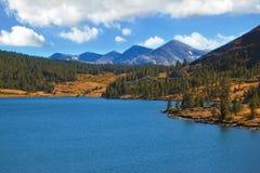 Les dessus des montagnes et du lac azuré Image stock