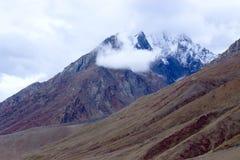 Les dessus des montagnes sont couverts de neige images libres de droits