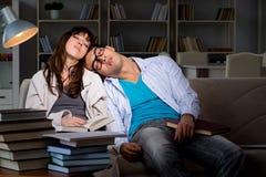 Les deux étudiants étudiant tard la préparation aux examens images stock