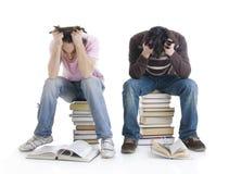 Les deux étudiants avec les livres ont isolé Photo stock