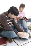 Les deux étudiants avec les livres ont isolé Photographie stock libre de droits