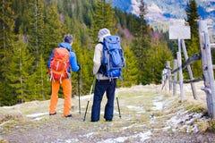 Les deux autres touristes avec des sacs à dos Images libres de droits