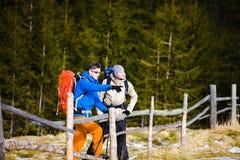 Les deux autres touristes avec des sacs à dos Image libre de droits
