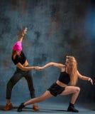 Les deux filles attirantes dansant le twerk dans le studio photos libres de droits