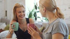 Les deux filles boivent du café photos stock