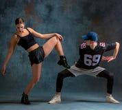Les deux hanche de danse de jeune fille et de garçon sautent à cloche-pied dans le studio photo stock