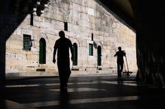 Les deux hommes marchent Photo stock