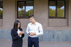 Les deux jeunes, étudiantes internationales, communiquent, résolvent pro Image libre de droits