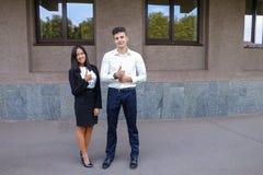 Les deux jeunes, étudiantes internationales, communiquent, résolvent pro Photographie stock