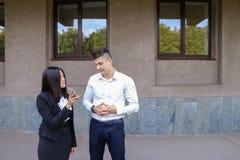 Les deux jeunes, étudiantes internationales, communiquent, résolvent pro Images stock