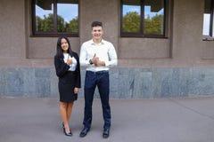 Les deux jeunes, étudiantes internationales, communiquent, résolvent pro Photographie stock libre de droits