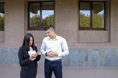 Les deux jeunes, étudiantes internationales, communiquent, résolvent pro Photo stock