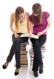 Les deux jeunes étudiants d'isolement sur un blanc images stock