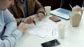 Les deux jeunes au déjeuner dans un café par les nouilles potables de café et de consommation de fenêtre discutant des affaires T banque de vidéos