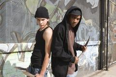 Les deux jeunes avec des couteaux Photographie stock