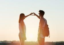 Les deux jeunes faisant un coeur avec leurs mains Image libre de droits