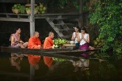 Les deux jeunes moines pour alimenter le canotage Photographie stock
