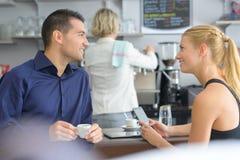 Les deux jeunes parlant en café Photo stock