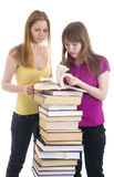 Les deux jeunes étudiants d'isolement sur un blanc Photos libres de droits