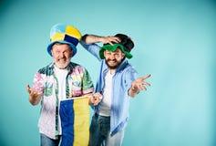 Les deux passionés du football avec un drapeau de l'Ukraine au-dessus du bleu Images libres de droits