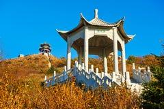 Les deux pavillons sur la crête d'Apsara de l'automne Zu  Image stock