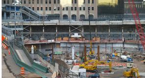 Les deux premiers faisceaux en acier pour la tour de liberté ont monté à point zéro dedans New York City Image stock