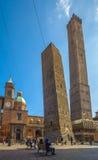 Les deux tours de Bologna, d'Asinelli et de Garisenda Images stock