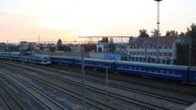 Les deux trains de voyageurs fonctionnent vers l'un l'autre, la vue supérieure banque de vidéos
