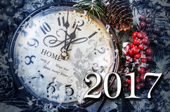Les deux vies de la nouvelle année toujours mille et dix-sept Vieille horloge sur la neige Image libre de droits