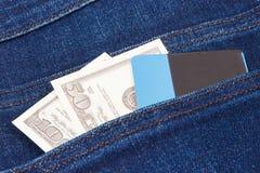 Les devises dollar et la carte de crédit dans des jeans empochent Choix entre le paiement en espèces sans argent ou images stock