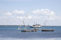 Les dhaws ont ancré outre de l'île de la Mozambique Photo stock