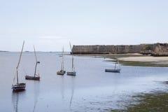 Les dhaws ont ancré outre de l'île de la Mozambique Image libre de droits