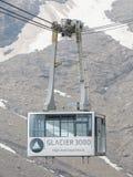 LES DIABLERETS, SWIZTERLAND - JULI 22: Skidlift till områdesglaciären Royaltyfria Bilder