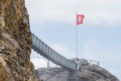 LES DIABLERETS, SWIZTERLAND - LIPIEC 22: Ludzie spaceru przy Glacie Zdjęcia Royalty Free