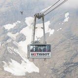 LES DIABLERETS, SWIZTERLAND - LIPIEC 22: Narciarski dźwignięcie terenu lodowiec Fotografia Stock