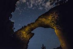 Les diables jettent un pont sur sous Sedona Starscape Photographie stock