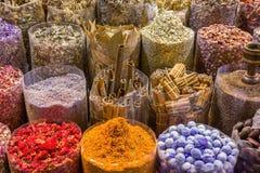 Les différentes épices arabes se sont vendues dans le souk Dubaï de bazar photo stock