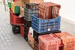 Les différentes boîtes et les boîtes de différentes couleurs se tiennent sur les pavés sur la rue Image stock